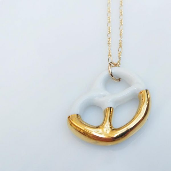 porcelain-pretzel-necklace-with-gold לבן