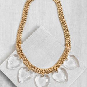 שרשרת זהב עם חמישה לבבות חתוכים ומעוצבים באקריל שקוף