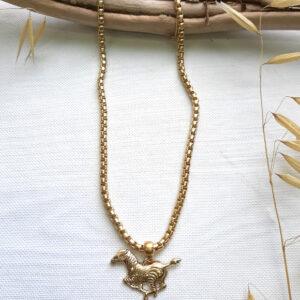 שרשרת זהב עם תליון זברה בעיצובה של שלי דהרי